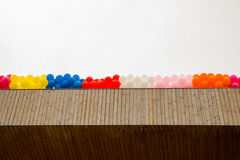 Kleurenballons op het dak van de bouw Stock Afbeeldingen