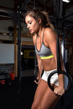 Kleurenbeeld van een atletische vrouw in gymnastiek het uitwerken Stock Fotografie
