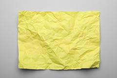 Kleurenblad van verfrommeld document op grijze achtergrond stock afbeelding