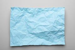 Kleurenblad van verfrommeld document op grijze achtergrond royalty-vrije stock afbeelding