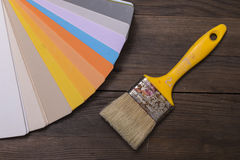 Kleurencatalogus op houten bureau Stock Fotografie