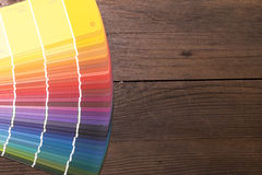 Kleurencatalogus op houten bureau Royalty-vrije Stock Foto