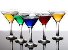 Kleurencocktails in martini-glazen Stock Afbeelding