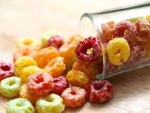 Kleurencornflake en melk Stock Foto