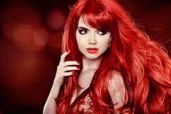 Kleurend Rood Haar. Het Portret van het maniermeisje met Lang Krullend Haar ov Stock Fotografie