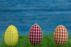 Kleurende eieren, geschilderde, blauwe gekleurde achtergrond, groen, geel, rood, oranje, Royalty-vrije Stock Fotografie