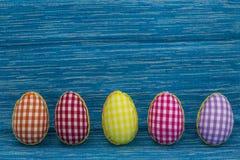 Kleurende eieren, geschilderde, blauwe gekleurde achtergrond, groen, geel, rood, oranje, Royalty-vrije Stock Afbeelding