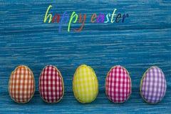 Kleurende eieren, geschilderde, blauwe gekleurde achtergrond, groen, geel, rood, oranje, Royalty-vrije Stock Afbeeldingen