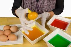 Kleurende eieren voor Pasen stock foto