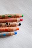 Kleurende kleurpotloden op een stuk van document Royalty-vrije Stock Foto