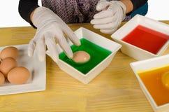 Kleurende paaseieren stock afbeeldingen