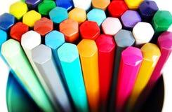 Kleurende potloden in cilindrische doos Stock Afbeeldingen