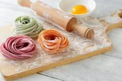 Kleurendeegwaren aan boord en deegrol Stock Foto's