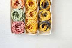 Kleurendeegwaren in doos Royalty-vrije Stock Afbeeldingen