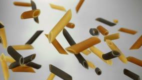 Kleurendeegwaren Penne die in de lucht stuiteren stock video