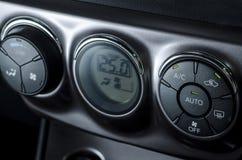 Kleurendetail met de airconditioningsknoop binnen een auto Stock Fotografie
