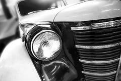 Kleurendetail op de koplamp van een uitstekende auto stock afbeelding
