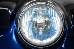 Kleurendetail op de koplamp van een uitstekende auto royalty-vrije stock foto