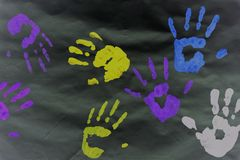 Kleurendrukken van de handen van het jonge geitje op een wit blad royalty-vrije stock foto