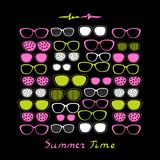 Kleurenglazen en zonnebril op zwarte achtergrond Stock Fotografie