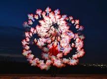 Kleurengolven van gekleurd licht tegen de achtergrond van de avondhemel Royalty-vrije Stock Afbeeldingen