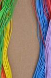 Kleurenkabels op gevoeld bruin Stock Fotografie