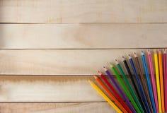 Kleurenkleurpotloden, Kleurenpotlood op houten vloer royalty-vrije stock afbeelding
