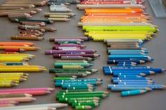 Kleurenkleurpotloden in orde worden geschikt die royalty-vrije illustratie