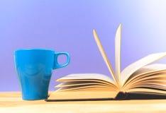 Kleurenkop thee met boeken Stock Afbeelding