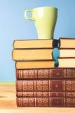 Kleurenkop thee met boeken Stock Fotografie