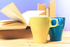 Kleurenkop thee met boeken Stock Afbeeldingen
