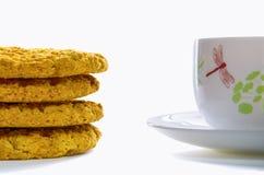 Kleurenkop thee met havermeelkoekjes 2 Stock Afbeeldingen