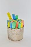 Kleurenkrijt in kop Stock Foto