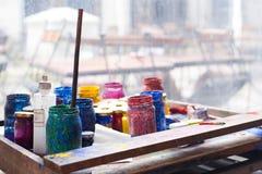 Kleurenkruiken en tempera op werkende lijst in ceramisch laboratorium binnen Royalty-vrije Stock Afbeeldingen
