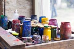 Kleurenkruiken en tempera op werkende lijst in ceramisch laboratorium in Turkije Royalty-vrije Stock Afbeeldingen