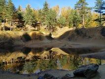 Kleurenmeer in bos bij de herfst stock afbeeldingen