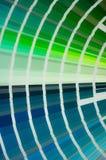 Kleurenpalet met diverse steekproeven De catalogus van de verfselectie, close-up, Multicolored de Productieconcept van de palisti stock foto