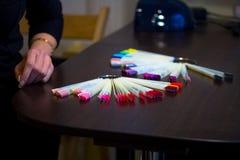 kleurenpalet van nagellakken in een schoonheidssalon stock afbeelding