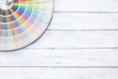 Kleurenpalet voor het schilderen op een houten lijst - bovenkant van mening stock foto's