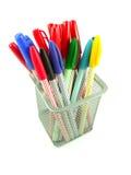 Kleurenpennen in een mand Stock Fotografie