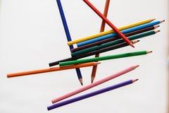 Kleurenpennen op witte achtergrond Stock Afbeeldingen