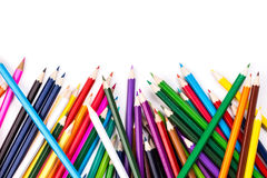 Kleurenpotloden chaotisch op wit Stock Foto's