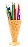 Kleurenpotloden in de houder van de roomijsvorm, terug naar schoollevering Stock Afbeeldingen