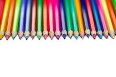 Kleurenpotloden die op een rij op witte achtergrond worden geïsoleerd Sluit omhoog Stock Afbeeldingen