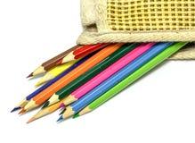 Kleurenpotloden in een zak op wit Royalty-vrije Stock Foto's
