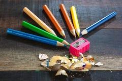 Kleurenpotloden en Slijper Stock Foto's