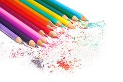 Kleurenpotloden geplaatst die op witte achtergrond worden geïsoleerd Stock Foto