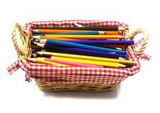 Kleurenpotloden in mand Stock Fotografie