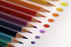 Kleurenpotloden met punt van kleuren Stock Foto