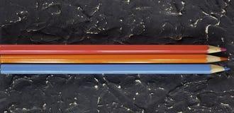 Kleurenpotloden op donkere achtergrond Royalty-vrije Stock Afbeelding